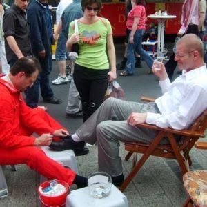 Rotmann Aktion Schuheputzen in Bedburg mit Bernhard Hadel