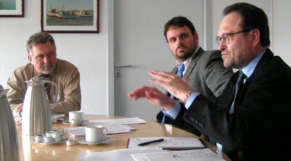 Guido van den Berg und Bernhard Hadel im Gespräch mit dem Kölner Polizeipräsidenten Klaus Steffenhagen.