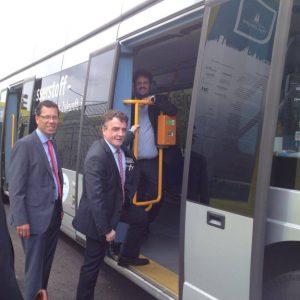 Minister Groscheck besteigt den Wasserstoffbus