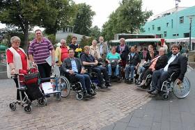 """Politiker für das Thema """"Inklusion"""" zu sensibilisieren war das Ziel einer Schnitzeljagd im Rollstuhl durch Bergheim."""