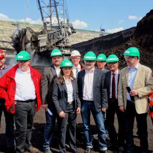 Yasmin Fahimi mit Betriebsräten und Abgeordneten der Region im Tagebau Hambach