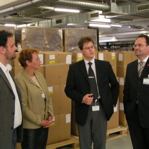 Michael Löffler (Mitte) von der Fa. CompNet erläutert den SPD-Politikern Guido van den Berg, Gabriele Frechen und Bernhard Hadel (von links) die Produktionsabläufe von CompuNet in Kerpen-Sindorf.
