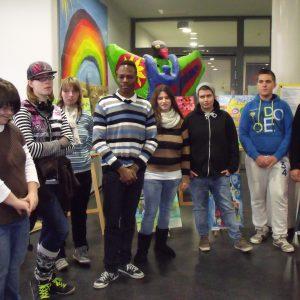 Schülerinnen und Schüler der Paul-Kraemer-Schule, die im Kunstatelier die Werke gemalt haben