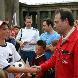 Bernhard Hadel gratuliert Gewinner