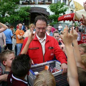Bernhard Hadel verteilt Preise