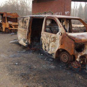 Ausgebrannte PKW von Dienstleistungsfirmen im Hambacher Forst