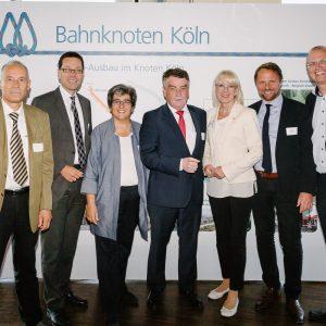 Dierk Timm mit NRW-Verkehrsminister Mike Groschek und weiteren SPD-Verkehrspolitikern aus der Region bei der Unterzeichnung der Planungsvereinbarung
