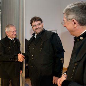 Verleihung des Ehrenbergkittel durch Altrektor Prof. Bernd Meyer (links) und Rektor Prof. Klaus-Dieter Barbknecht (rechts) an Guido van den Berg MdL