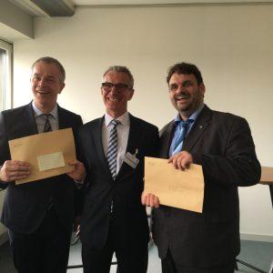 Minister Johannes Remmel und Guido van den Berg MdL übergeben den Förderbescheid an Jürgen Schneider