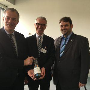 Jürgen Schneider übergibt symbolisch interligente Energieleitungen an Minister Johannes Remmel und Guido van den Berg MdL
