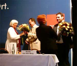 Renate Schidt und Gabi Frechen bekamen Blumen von Bernhard Hadel und Guido van den Berg