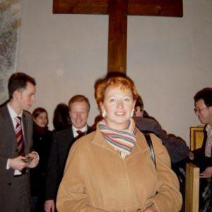 Gabriele Frechen vor dem Weltjugendtagskreuz