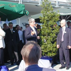 Minister Ernst Schwanhold im Garten bei Klaus Lennartz am 04.07.2001