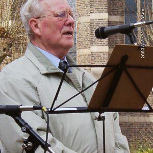 Altbürgermeister Hans Schmitz auf der Bedburger Friedensdemo 2003