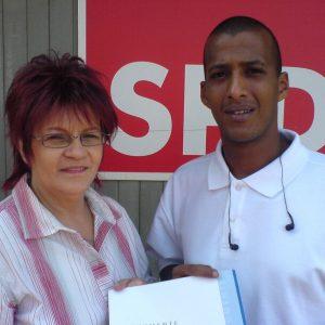 Dorothea van Hünnik-wachter gratuliert Benjamin Minas zur bestandenen Ausbildung