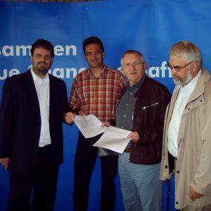 Bernhard Elsner (zweiter von links) vom Elternrat der Kita Panama aus Kerpen übergab an Guido van den Berg (links), Edgar Moron (zweiter von rechts) und Helmut Latak (rechts) Unterschriftenlisten zum Erhalt der dritten Tagesstättengruppe.