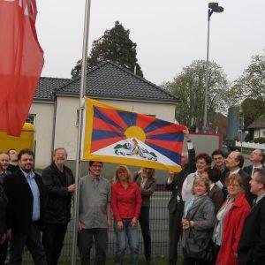 Der Kreisvorstand hißt die Tibet Fahne vor dem Fritz-Erler-Haus