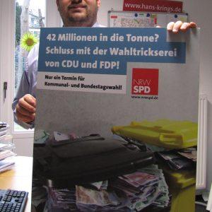 Guido van den Berg mit Plakat gegen Steuerverschwendung