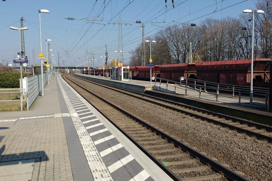 Sicht vom Bahnsteig auf die Gleise am Bahnhof Hürth-Kalscheuren