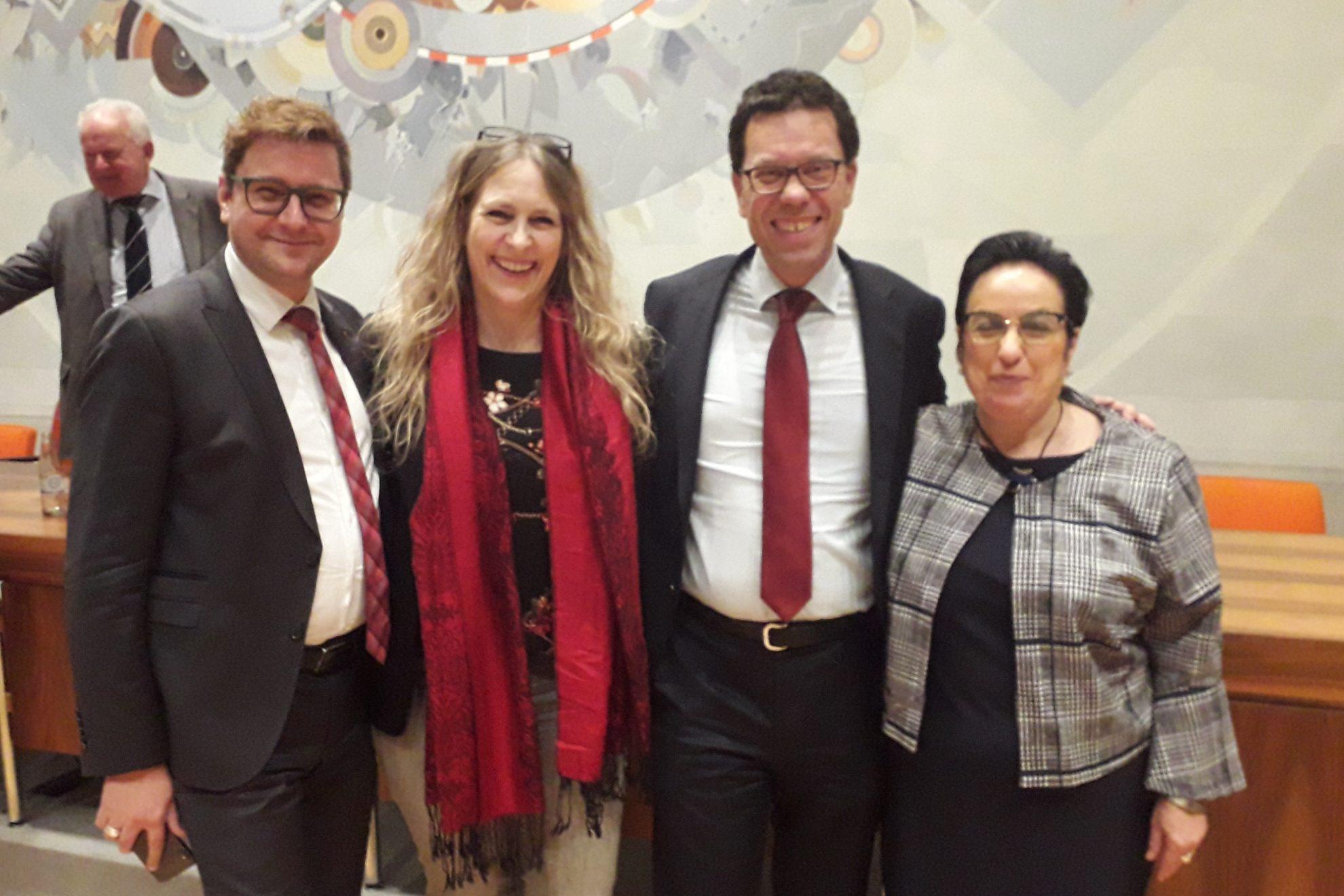 Die neu verpflichteten Kreistagsmitglieder Torsten Rekewitz und Panagiotta Boventer mit Dierk Timm und Dagmar Andres im Kreistag