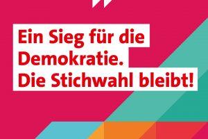 Sharepic: Ein Seig für die Demokratie. Die Stichwahl bleibt.