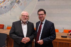 Bernd Bohlen mit Ehrenring und Dierk Timm im Kreistag