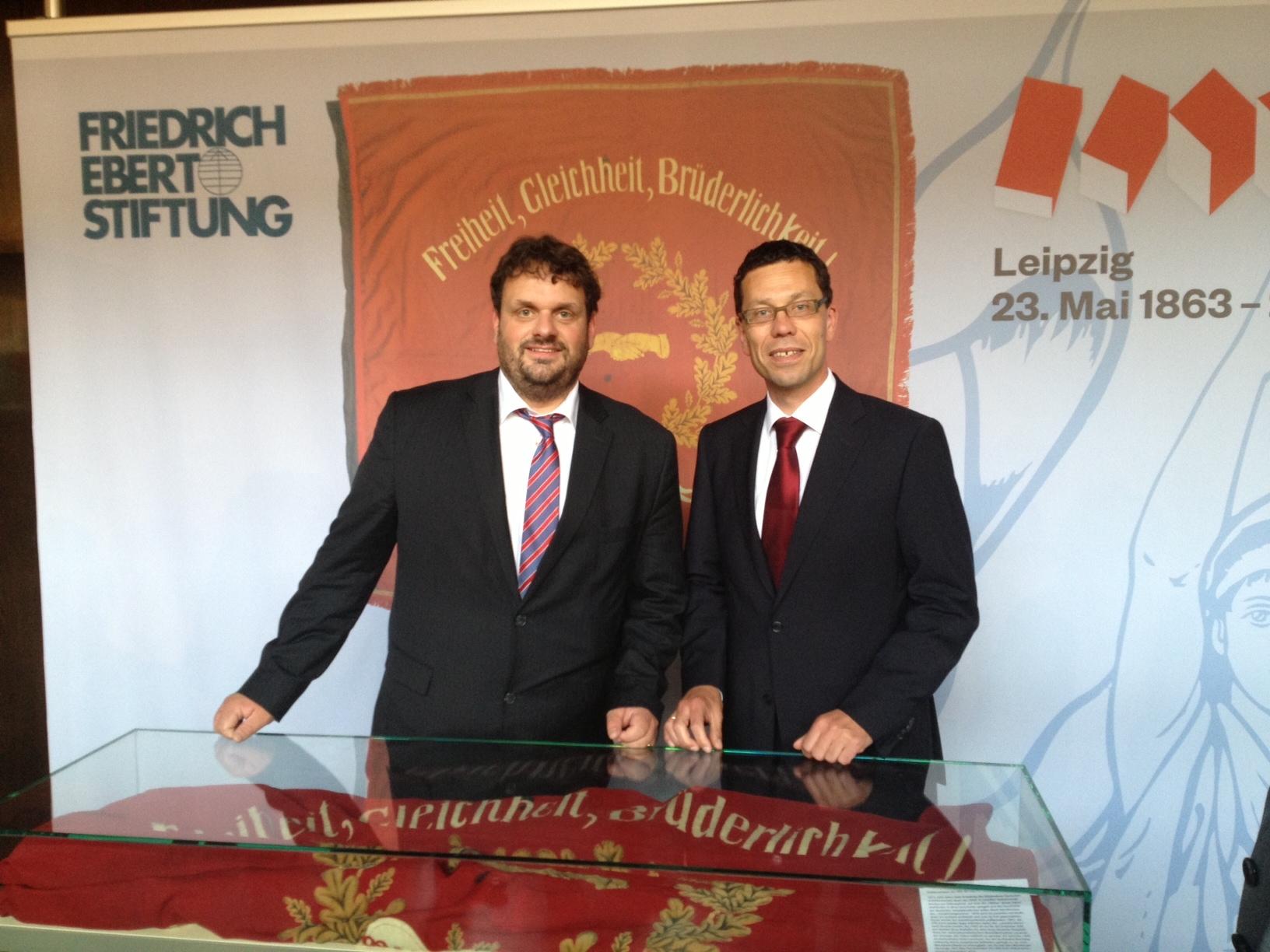 Guido van den Berg MdL und Dierk Timm mit der Orginal-Traditionsfahne der SPD, Leipzig 2013