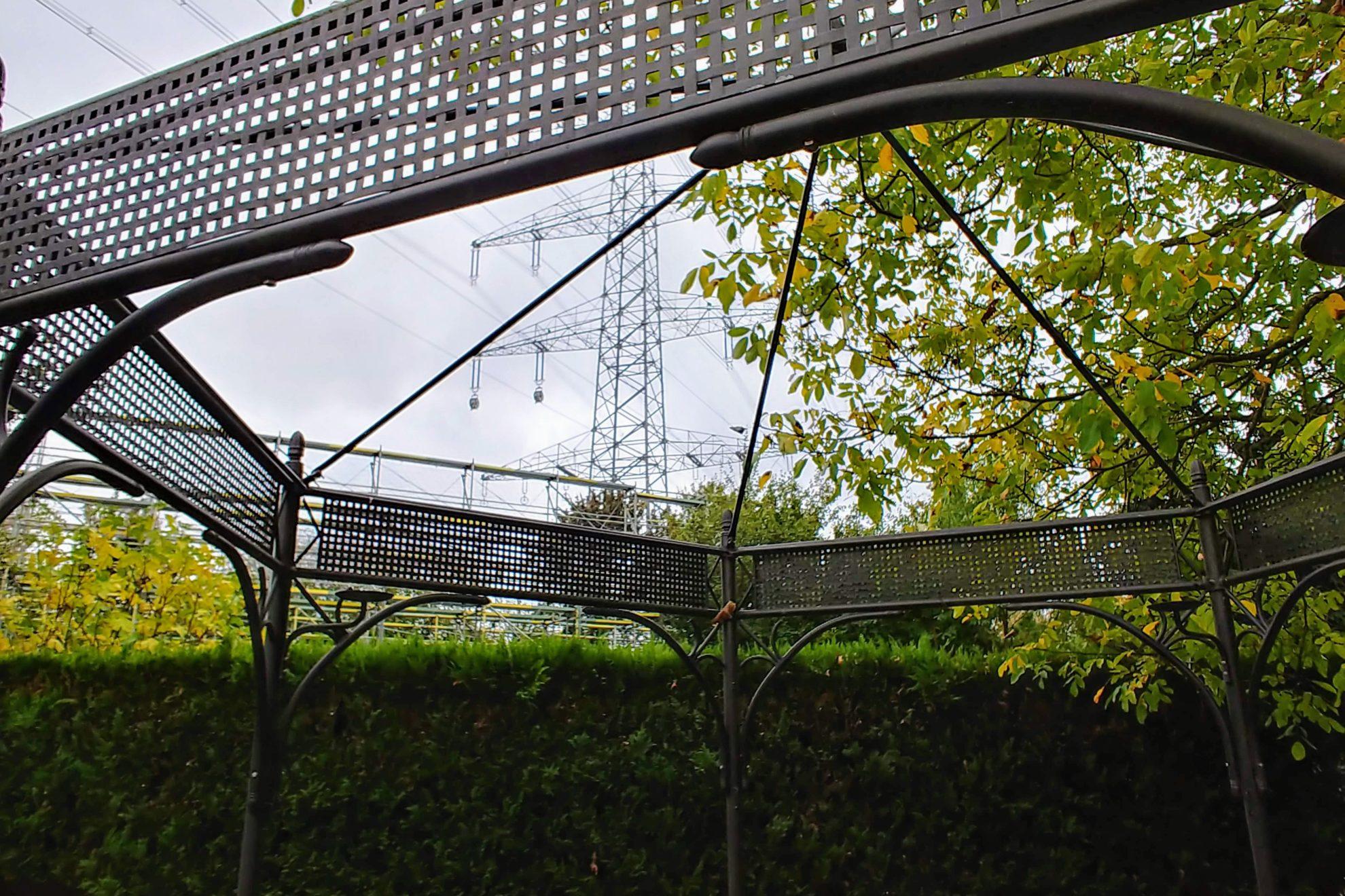 Fast direkt über die Gärten der Anwohner verlaufen die neuen Ultranet Leitungen in Geyen