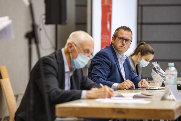 Sascha Solbach blickt als Sitzungsleiter zu Hans Krings, dem Schriftführer