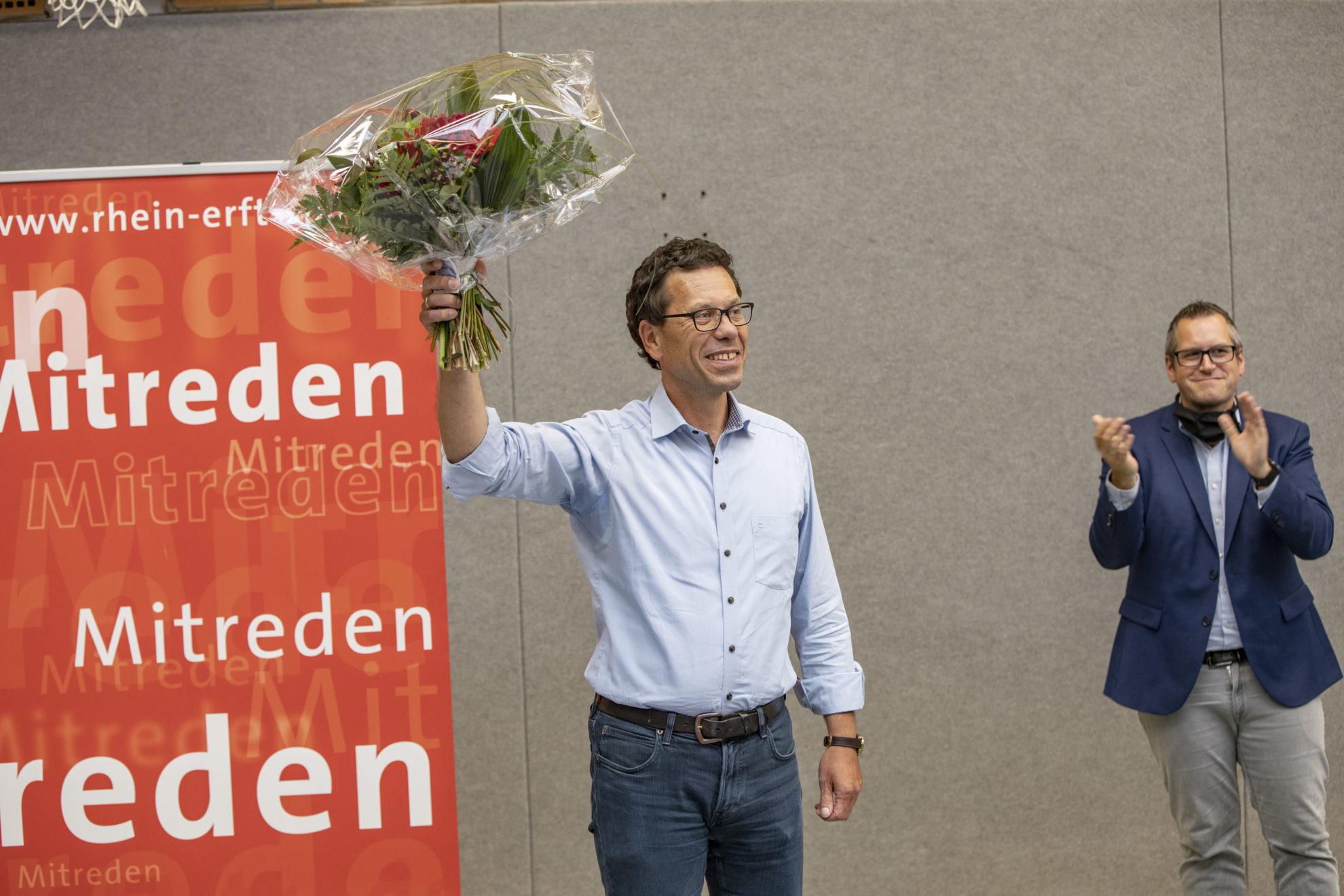 Dierk Timm mit Blumenstrauß bedankt sich für seine Wahl