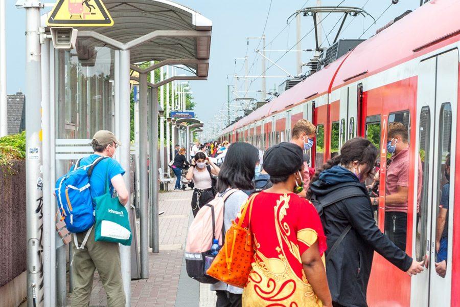 Voller Bahnsteig in Sindorf.