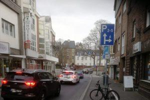 Dichter Verkehr vor der KReuzung Bernhardstr. und Mathildenstraße