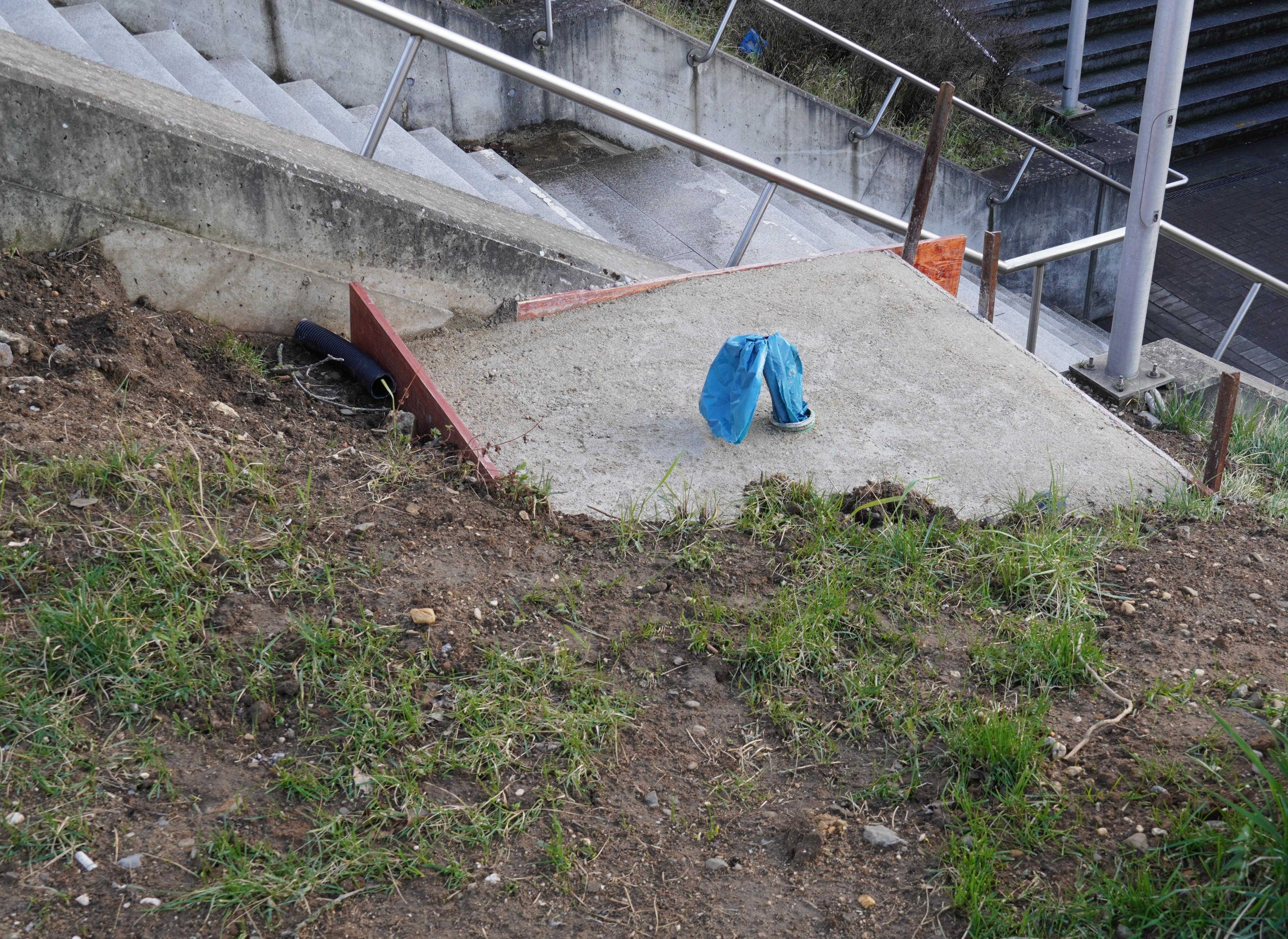 Das Fundament der DFI Anlage neben dem Treppenabgang am Bahnhof Pulheim