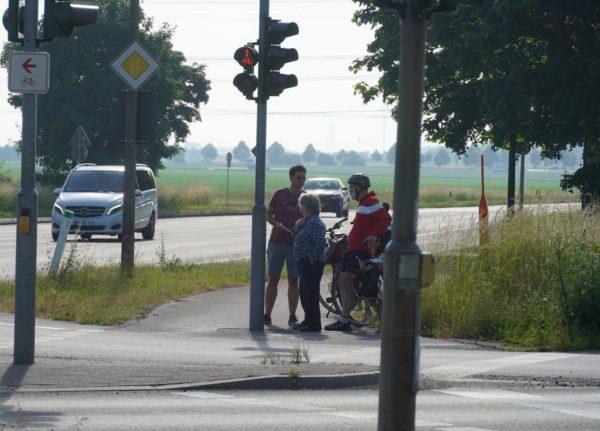 Timm, Hucke und Werner an der Kreuzung Bonnstraße im Gespräch