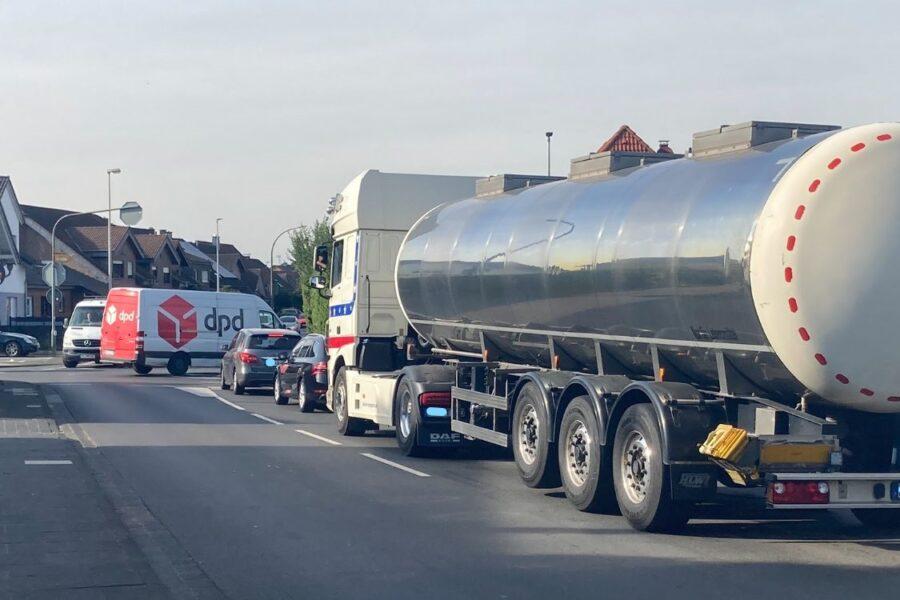 Schwerlastverkehr an einer Kreuzung in Bliesheim